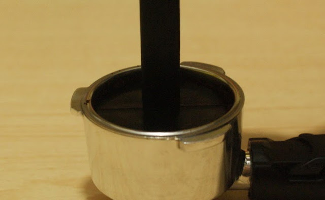 5. Tekan menggunakan tamper bawaan dari mesin espressomu. 5. Push it with tamper from your espresso machine.
