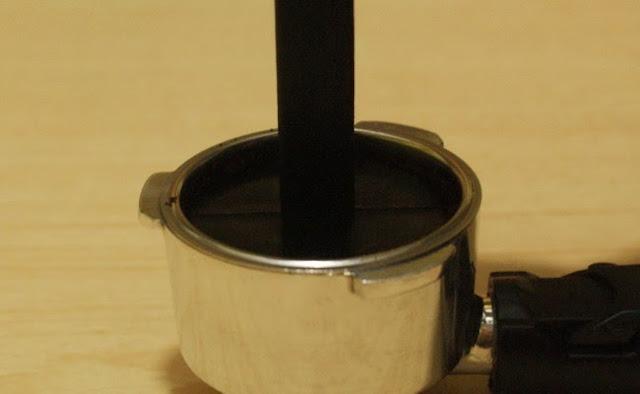 5. Tekan menggunakan tamper bawaan dari mesin espressomu. 5. Push it with tamper from your espresso machine.