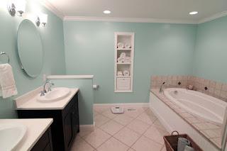 bagno con mensole nelle pareti immagine