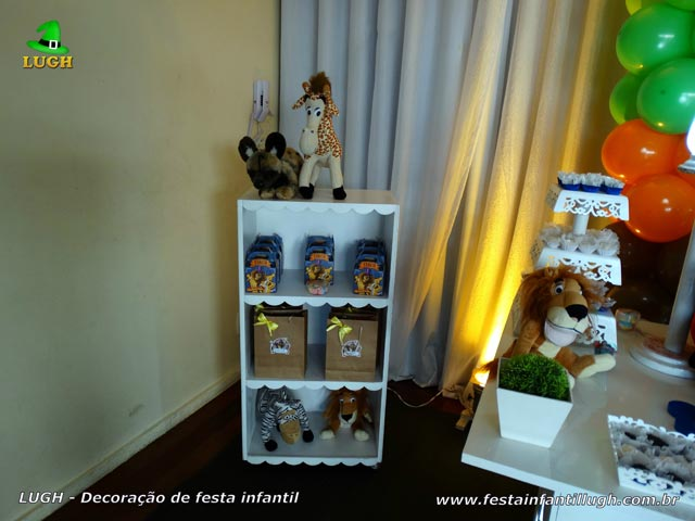 Decoração de festa infantil Madagascar - Mesa decorada para o bolo de aniversário tema Madagascar