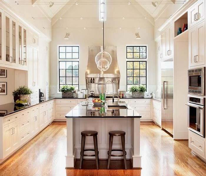 zengin tasarım ve beyaz mutfak dolapları ile mutfak dekorasyonu