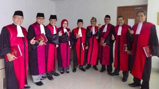 Kepergok, Sejumlah Hakim PN Jakpus Berpose 'Salam Dua Jari'
