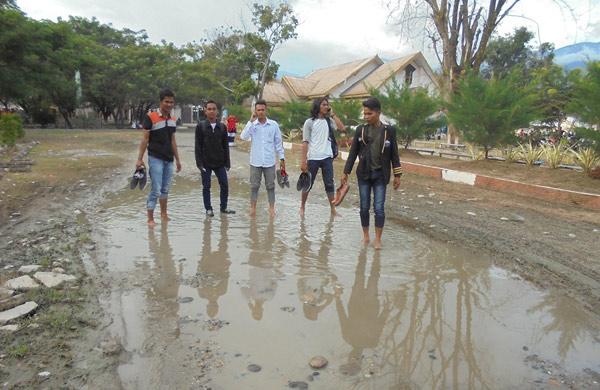 Mahasiswa Minta Jalan Kampus UGL di Aspal