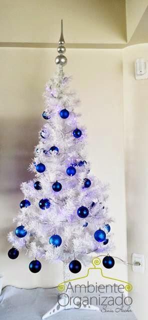 Árvore de Natal branca com bolas azuis