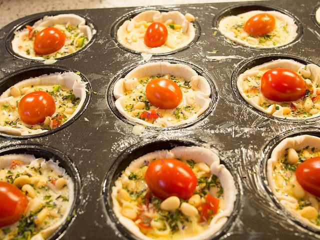 aus dem lameng zucchini tomaten bl tterteig muffins mit pinienkernen. Black Bedroom Furniture Sets. Home Design Ideas