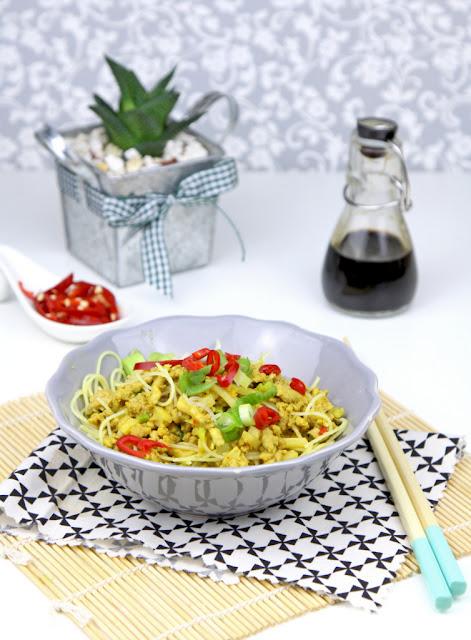 tajskie danie z mięsa mielonego z noodlami