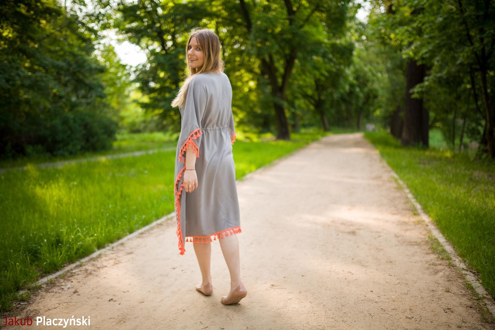 7  sukienka szara z frędzlami maxi na lato bonprix sukienki na wakacje bizuteria piotrowski kryształy svarowskiego letnia stylizacja melodylaniella buty masujące nogi oka-b mivo shoes