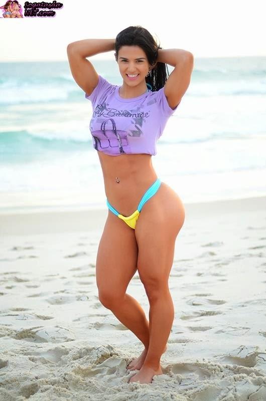 A Musa Fitness Eva Andressa - Foto na praia de biquíni amarelo