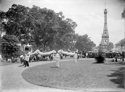 Replika menara Eiffel. http://upload.wikimedia.org/wikipedia/commons/4/4f/COLLECTIE_TROPENMUSEUM_Optocht_tijdens_de_kroningsfeesten_van_1898_TMnr_10004902.jpg