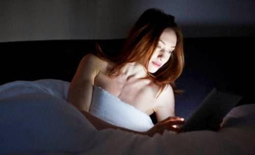 cewek pakai smartphone di tempat tidur