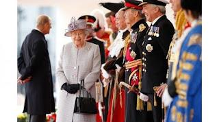 Ternyata Ratu Elizabeth kerap menyampaikan kode rahasia kepada para pengawalnya lewat sebuah tas tangan. updetails.com