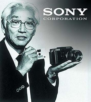 Biografi Akio Morita - Pendiri Perusahaan Sony    Akio Morita lahir pada tanggal 26 Januari 1921, di kota Nagoya, dari sebuah keluarga pengusaha bir sake. Keluarga Morita menekuni usaha pembuatan bir selama hampir 400 tahun di kota Tokoname, dekat Nagoya. Di bawah pantauan ayahnya, Kyuzaemon, Akio dipersiapkan untuk menjadi pewaris bisnis keluarga. Sebagai mahasiswa, Akio sering dilibatkan dalam rapat perusahaan dengan ayahnya dan ia membantu bisnis keluarga bahkan pada liburan sekolah.   Sejak usia dini, Akio gemar mengutak-atik peralatan elektronik. Matematika dan fisika adalah mata pelajaran favorit selama SD dan SMP dan sekolah tinggi. Setelah lulus dari Sekolah Tinggi, ia masuk Jurusan Fisika di Osaka Imperial University. Pada saat lulus dari Universitas, Jepang terlibat dalam perang Pasifik dan Akio bergabung dengan Angkatan Laut pada tahun 1944.  Keluarga yang Morita pada masa itu telah mengenal gaya hidup ala budaya Barat, seperti mobil dan fonograf listrik. Setiap kali ia dibebaskan dari tugas-tugas rumah tangga, Akio muda menjadi asyik membongkar gramofon dan menyusunnya kembali. Dari usia dini, Akio gemar mengutak-atik peralatan elektronik, dan matematika dan fisika adalah mata pelajaran kesukaannya selama SD dan SMP hari. Setelah lulus dari Sekolah Tinggi, ia memasuki Departemen Fisika di Osaka
