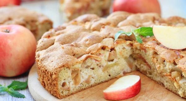Смачний десерт: класична шарлотка