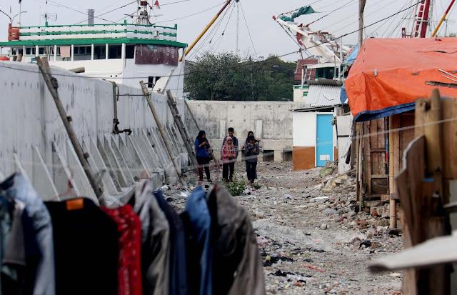 Warga Kampung Akuarium Kembali Membangun Bederng-bedeng Tempat Tinggal Mereka di Area Bekas Gusuran