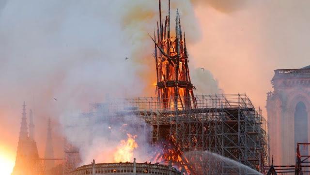 Se derrumba por completo el techo de la catedral de Notre Dame en París