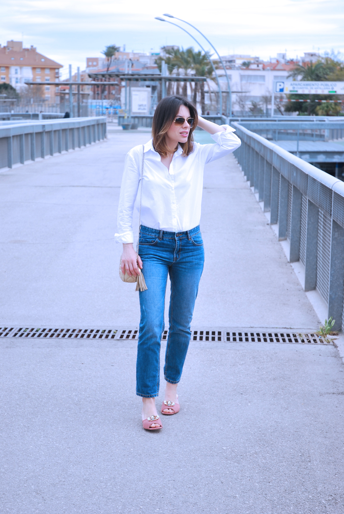 blue-jeans-white-shirt-sandals