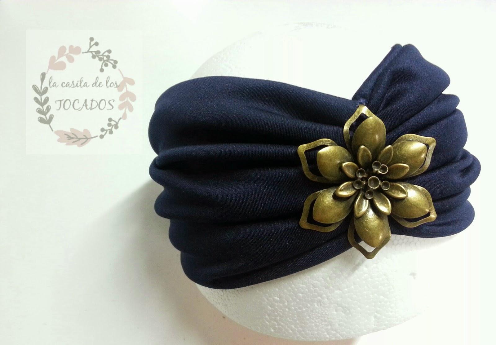 turbante de licra en color azul para boda o evento de fiesta, en azul marino con aplicación de latón dorada