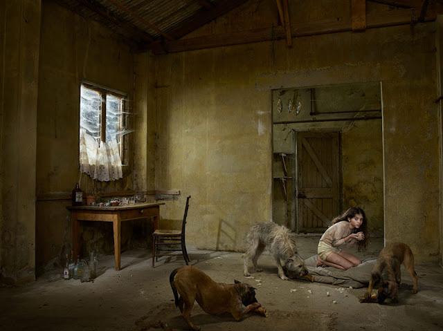 Madina Gadis Rusia yang hidup dan tinggal serta di didik oleh anjing
