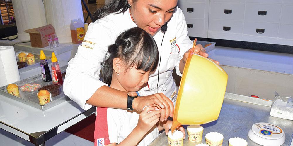 Siswa TK Kristen Kalam Kudus Membuat Roti Bersama Solo Bakery