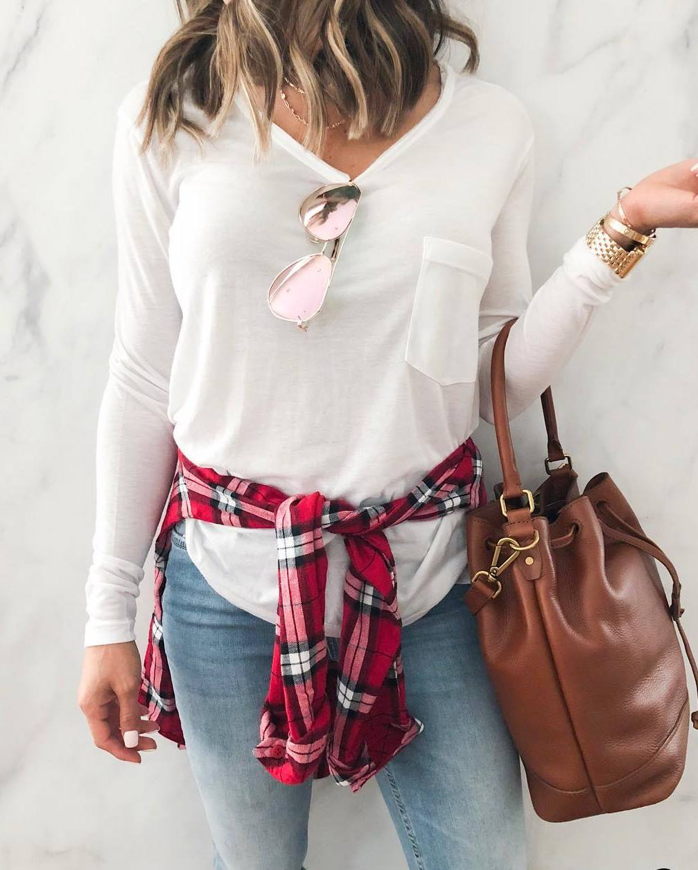 what to wear with a plaid shirt : white top + bag + skinny jeans