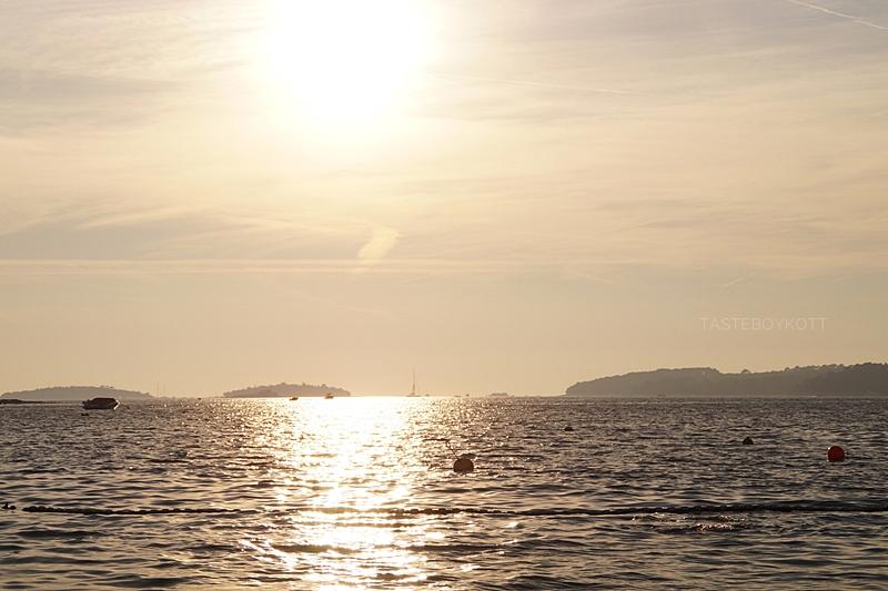 Augustnachmittag mit Sonne am Meer in Kroatien im Sommerurlaub