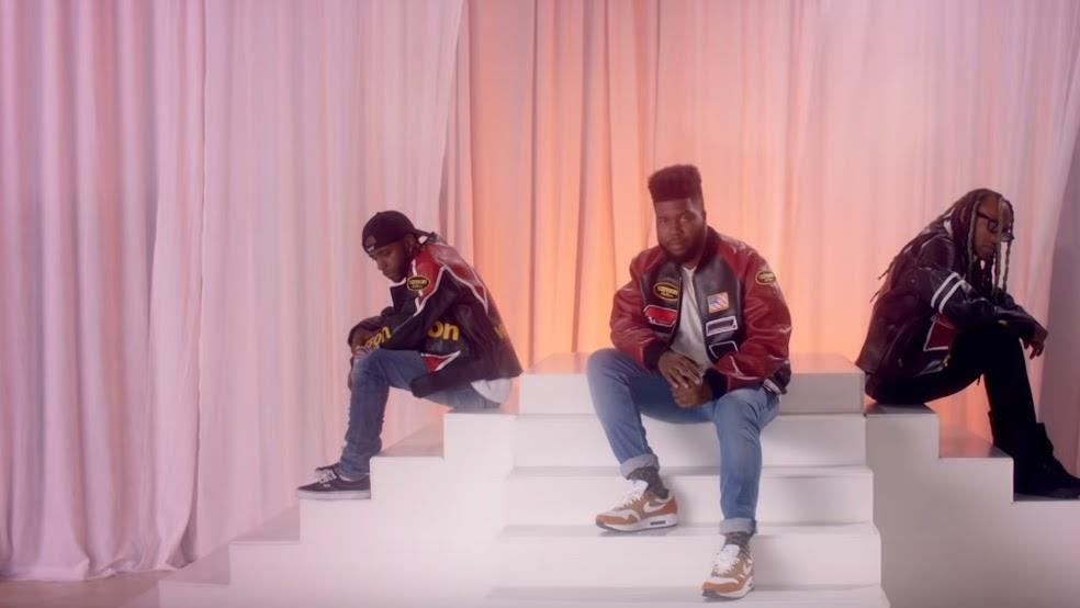 O feat com os rappers 6LACK e Ty Dolla $ign ganhou um clipe super divertido com muitas bomber jackets, celulares de flip e coreografias clássicas do período.