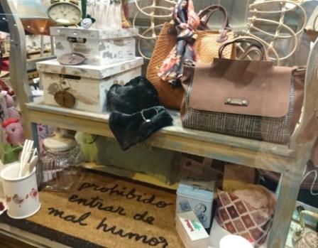 Banco de madera y cajas vintage. Bolsos. Felpudo. Bufandas.