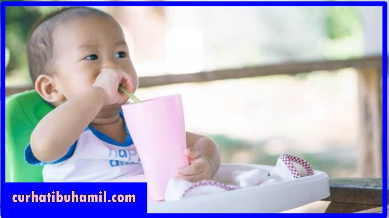 Bagaimana mengajarkan bayi 9 bulan minum pakai sedotan