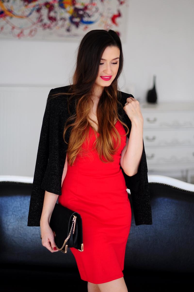 8e82c45df71b8 Sukienka w odcieniu ostrej czerwieni to mój absolutny hit! Każda z nas  poczuje się w takiej stylizacji mega kobieco  ) Do sukienki dobrałam  wiązane szpilki ...