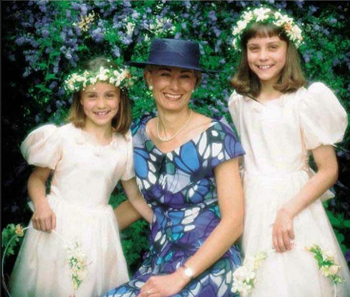 Año 1990 - EN LA BODA de tío Gary Goldsmith, hermano menor de Carole - Middleton. Michael, Pippa(7), Carol, Kate(8) y James(3).