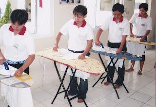 Pelatihan cara menyetrika pakaian bagi calon TKW di BLK