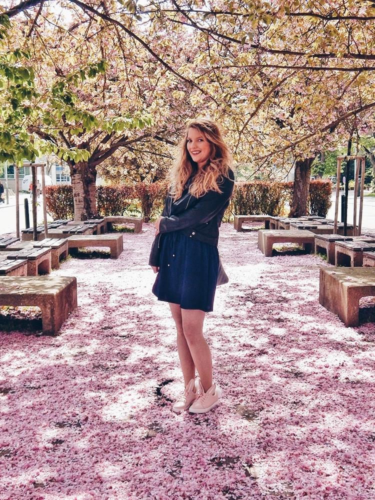 10 melodylaniella gamiss manzana różowe sneakersy króliczki granatowa sukienka skórzana ramoneska pikowana listonoszka szara manzana praga photoshoot sesja zdjęciowa fashion style modnapolka lookbook ootd girls