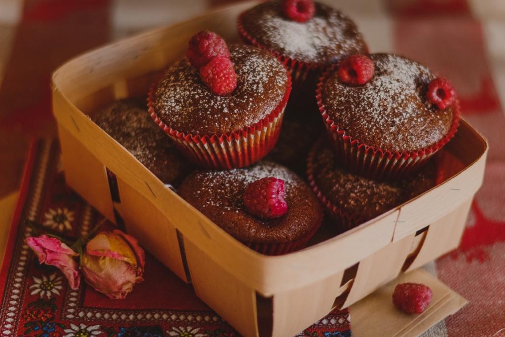 Шоколадные маффины с малиной картинка