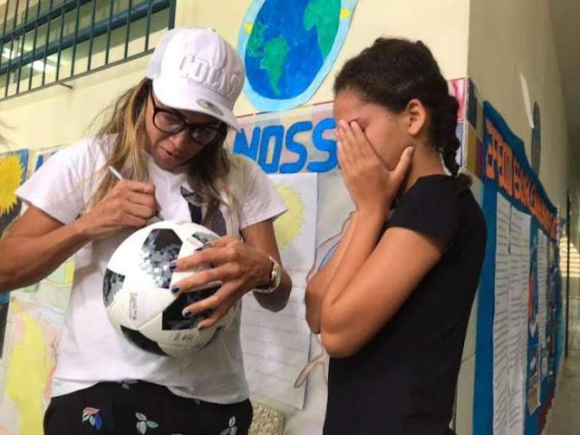 Menina pede bola de futebol a Papai Noel e Marta faz entrega em Maceió