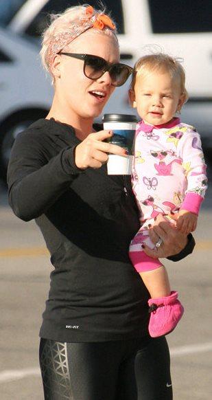 Foto de Pink en la calle cargando a su hija