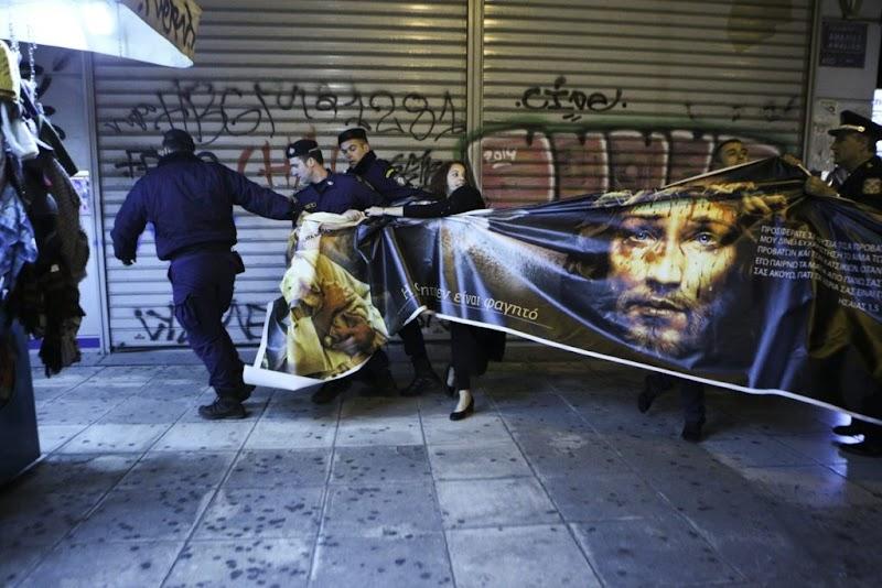 ΧΑΜΟΣ!!!!Διαμαρτυρία χορτοφάγων την ώρα περιφοράς του Επιταφίου -Δείτε τις εικόνες