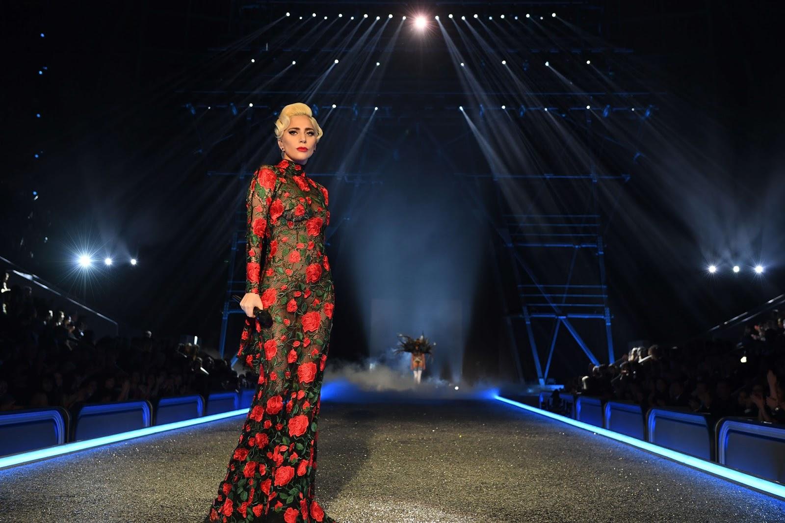 59a9bf994f Lady Gaga junto a los invitados musicales Bruno Mars y The Weeknd.