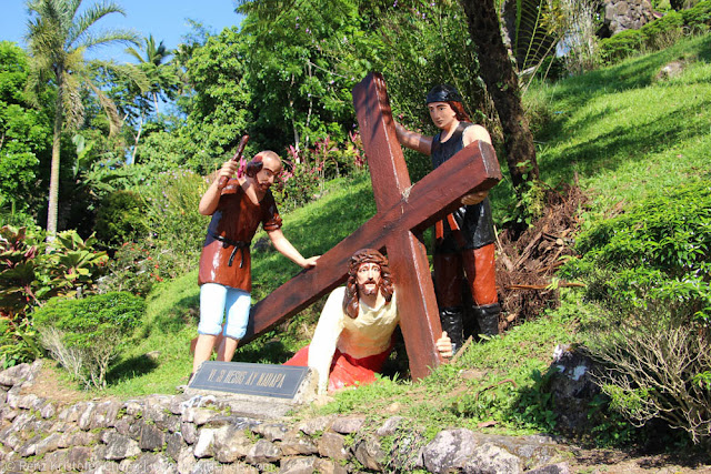 Jesus fell down carrying the cross - Kamay ni Hesus