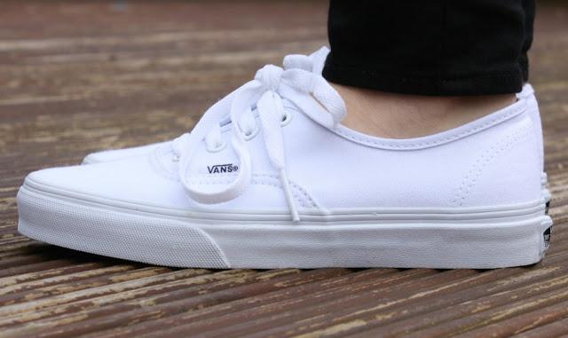 Tips Membersihkan Sepatu Vans Berwarna Putih