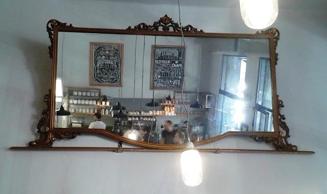 בתוך בית הקפה
