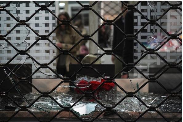 «Θρύψαλα» η Βουκουρεστίου για τον Δημήτρη Κουφοντίνα -Σκηνικό χάους άφησαν πίσω τους οι αντιεξουσιαστές [εικόνες]