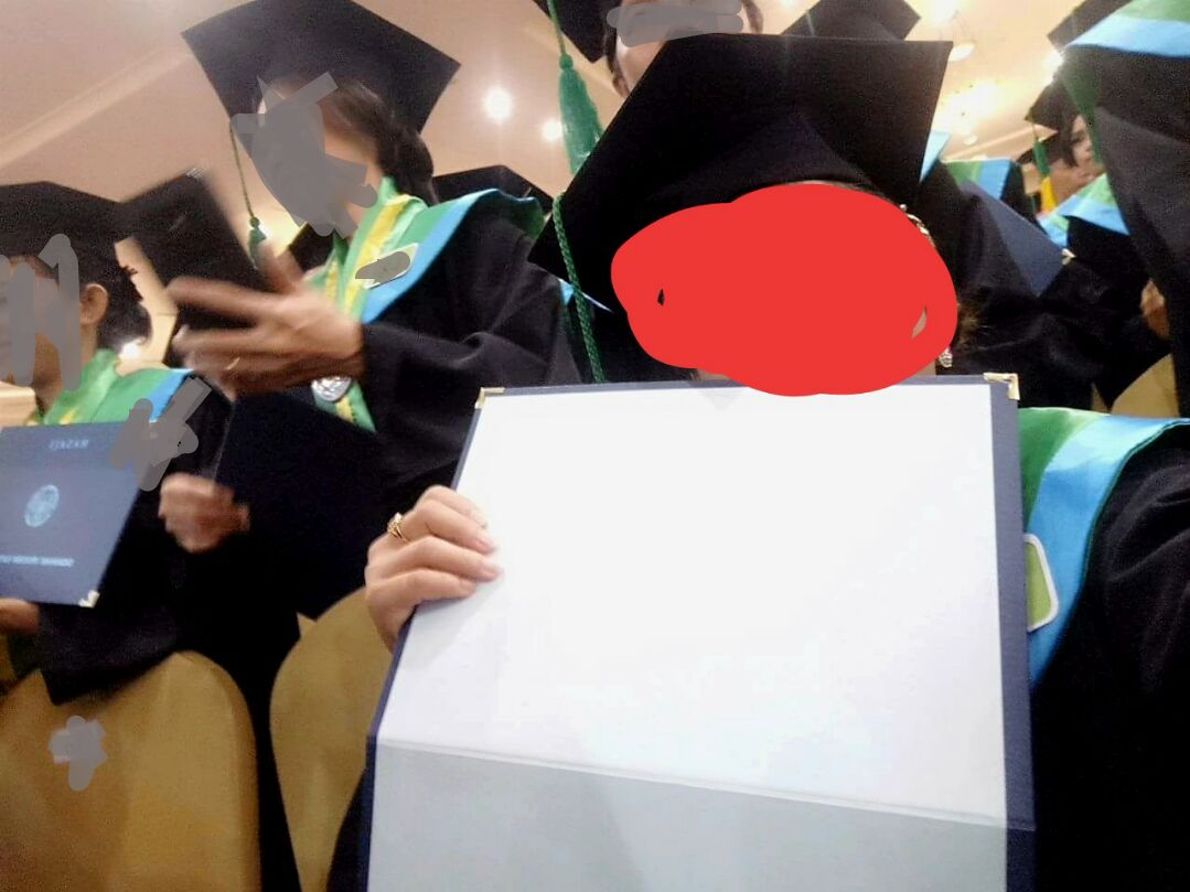 Salah satu Mahasiswa yang menerima ijazah kosong