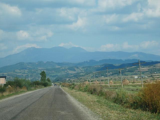 Maramures, kierunek - Sighetu Marmatiei. Na horyzoncie Karpaty (wrzesień 2016)