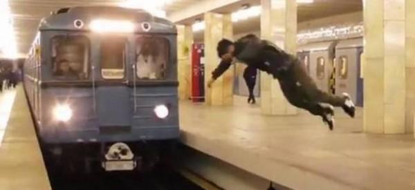 Η βλακεία είναι ανίκητη και το αποδεικνύει απερίσκεπτος νεαρός που πηδά μπροστά από τρένο. (βίντεο)