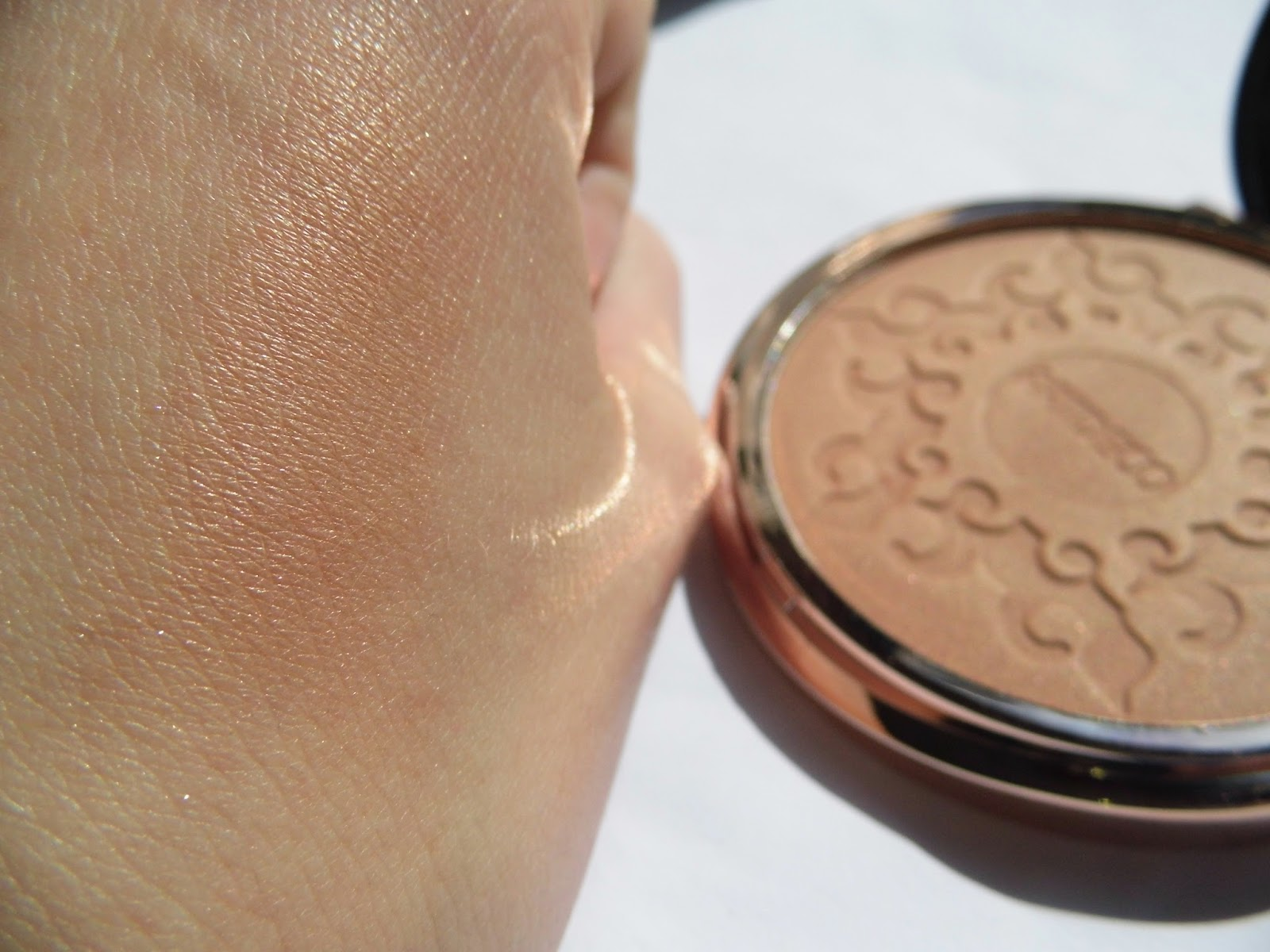 artdeco-bronzing-compact-powder-swatch-here-comes-the-sun-summer-2015-collection-picture