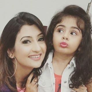 Foto Juhi Parmar dengan Putrinya Samaira Shroff
