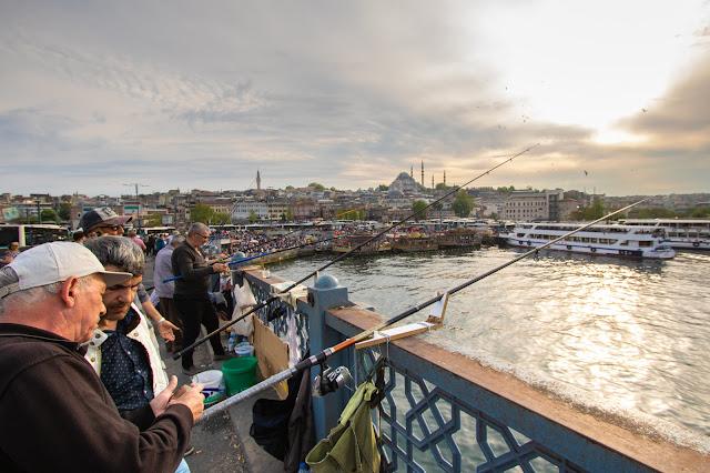Pescatori sul ponte di Galata-Istanbul