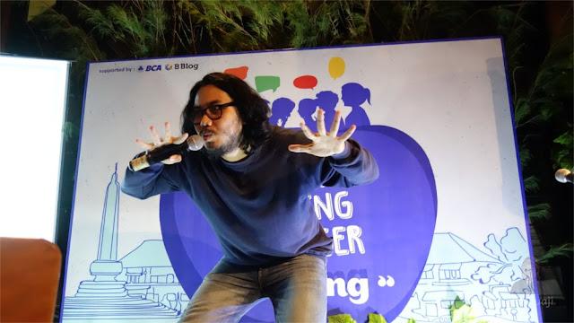 Indra sedang Open Mic di Gathering Blogger Malang
