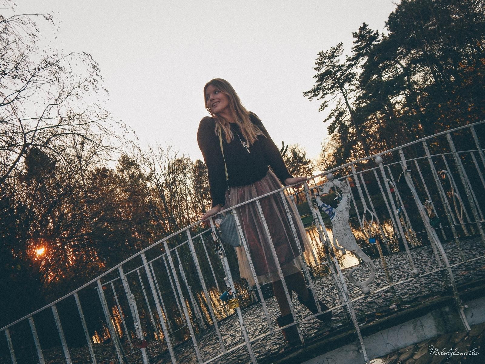 14. jesienna stylizacja tutu tiulowa spódnica dla dorosłych brązowy sweter torebka manzana melodylaniella autumn style fashion ciekawa stylizacja na jesień brązowa spódnica