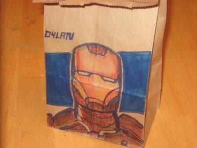 dibujo de Iron Man en bolsa de papel